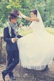 Bruden bär en cowboyhatt som tonas Royaltyfri Fotografi