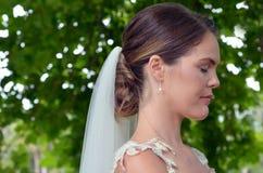 Bruden ber för bra lycka på hennes bröllopdag royaltyfri bild