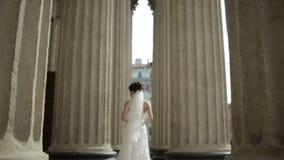 Bruden går bland kolonnerna lager videofilmer