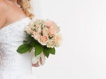 Bruden hands holdingbröllopbuketten Arkivfoto