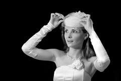 Bruden i den lyftta bröllophatten skyler, förbluffade kvinnaståenden royaltyfri fotografi