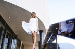 Bruden i en vit klänning kommer bottenvåningen Fotografering för Bildbyråer