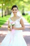 Bruden i naturligt parkerar royaltyfria bilder