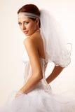 Bruden kasta en blick över henne knuffar Arkivfoton