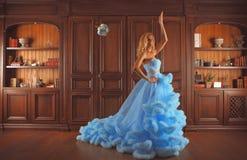 Bruden kastar en bukett Royaltyfri Foto