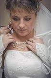 Bruden klär halsbandet runt om din hals Arkivbild