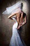 bruden klär henne drar ned blixtlåset på bröllop Arkivbild