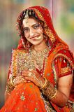 bruden klär henne indiskt visande bröllop arkivfoton