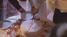 Bruden klipper bröllopstårtan lager videofilmer