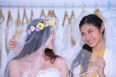 Bruden kom att mäta förberedelsen av brudklänningen fotografering för bildbyråer