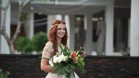 Bruden kommer till gifta sig ceremoni lager videofilmer
