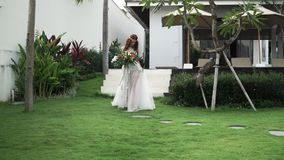 Bruden kommer till gifta sig ceremoni stock video