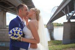 Bruden möter brudgummen Fotografering för Bildbyråer