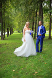 Bruden möter brudgummen Arkivfoto
