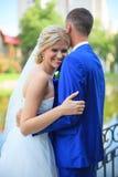 Bruden möter brudgummen på en bröllopdag Royaltyfri Fotografi