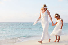 Brud med brudtärnan på härligt strandbröllop Arkivbild