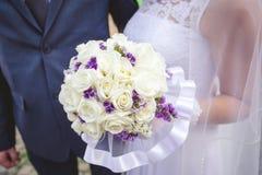 Bruden med en bröllopbukett Arkivbild