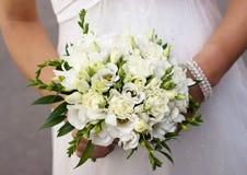 Bruden med en gifta sig grupp av blommor Royaltyfria Bilder