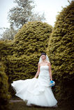 Bruden med samlat hår ett går i parkera arkivfoton