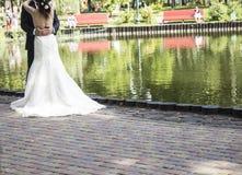 Bruden och brudgummen är nära för evigt för bröllopceremoni som tillsammans gifta sig blommor som gifta sig bukettrosor Royaltyfri Foto