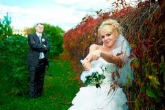 Bruden och brudgummen av gräsplan parkerar Arkivbild