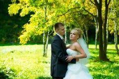 Bruden och brudgummen av gräsplan parkerar Royaltyfri Bild