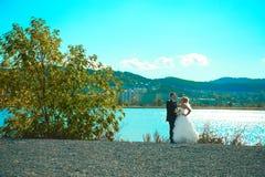 Bruden och brudgummen av gräsplan parkerar Arkivbilder
