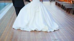Bruden och brudgummen går vid pölen långsam rörelse arkivfilmer