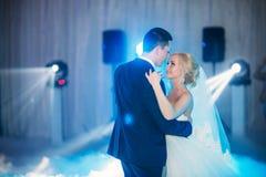 Bruden och brudgummen ger ett löfte av förälskelse i kyrkan  Royaltyfria Foton