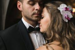 Bruden och brudgummen i ett hemtrevligt hus Arkivbild