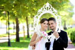 Bruden och brudgummen i naturligt parkerar fotografering för bildbyråer