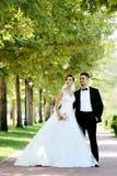 Bruden och brudgummen i naturligt parkerar royaltyfria bilder