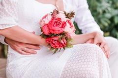 Bruden och brudgummen kramar för bildfoto för kustlinje grön horisontalför sardinia vegetation för sky hav royaltyfria bilder