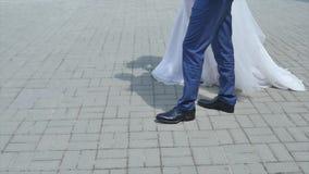 Bruden och brudgummen med en bukett går arkivfilmer
