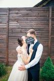 Bruden och brudgummen med ett tecken att gifta sig precis Söta bröllopdetaljer på bröllopdagen binder crystal smycken för parcrav royaltyfri bild