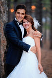 Bruden och brudgummen ordnar till för bröllop Royaltyfri Bild