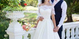 Bruden och brudgummen på bröllop går parkerar in royaltyfri bild