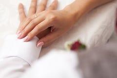 Bruden och brudgummen räcker Fotografering för Bildbyråer