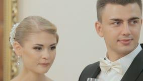 Bruden och brudgummen som dricker champagne i a lager videofilmer