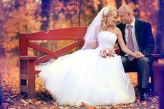 Bruden och brudgummen som går i höst, parkerar arkivbild