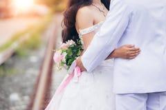 Bruden och brudgummen tar bakgrund för pre-bröllop fotografibokeh arkivbilder
