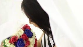 Bruden poserar för bild med hennes bukett Spåring av skottet stock video
