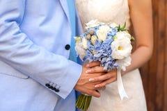 Bruden rymmer buketten Royaltyfria Bilder
