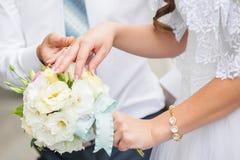 Bruden rymmer buketten Arkivfoton