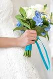 Bruden rymmer buketten Royaltyfri Foto