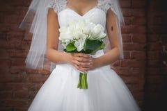 Bruden rymmer buketten Fotografering för Bildbyråer