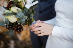 Bruden rymmer den brud- buketten Royaltyfri Bild