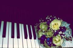 Bruden rymmer en bröllopbukett och ett exponeringsglas av champagne Royaltyfri Fotografi