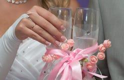 Bruden rymmer ett exponeringsglas med champagne Royaltyfria Foton