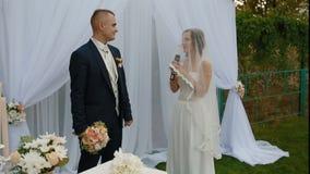 Bruden säger eden på bröllopceremoni lager videofilmer